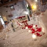 tavolo reale allestito con rose rosse