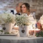 Allestimento rustic chic per il tavolo degli sposi