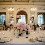 Addobbo floreale importante del tavolo degli sposi