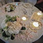 Centrotavola romantico ed elegante con fiori e fili di perle