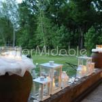 Scenografie con luci e candele per ricevimento nel parco
