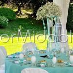 Centrotavola elegante su vasi alti in vetro con velo da sposa e dettagli Tiffany