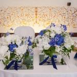 I tavolo degli sposi con alzatine in vetro e composizioni di ortensie blu e bianche