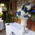 Addobbo tavoli buffet con coppe rinascimentali e fioriture bianche e blu