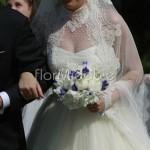 Bouquet primaverile con peonie bianche e genziane blu
