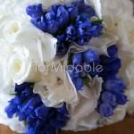 Bouquet estivo con rose e ortensie bianche e genziane blu