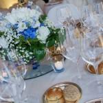 centrotavola con ortensie blu e candele