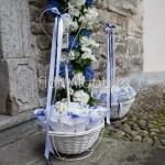 cesti conetti con fiori e petali bianchi e blu