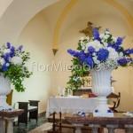 composizioni con ortensie e delphinium blu su coppe rinascimentali
